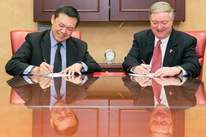 MingDao University Chancellor Da-Yung Wang and Texas Tech President M. Duane Nellis.