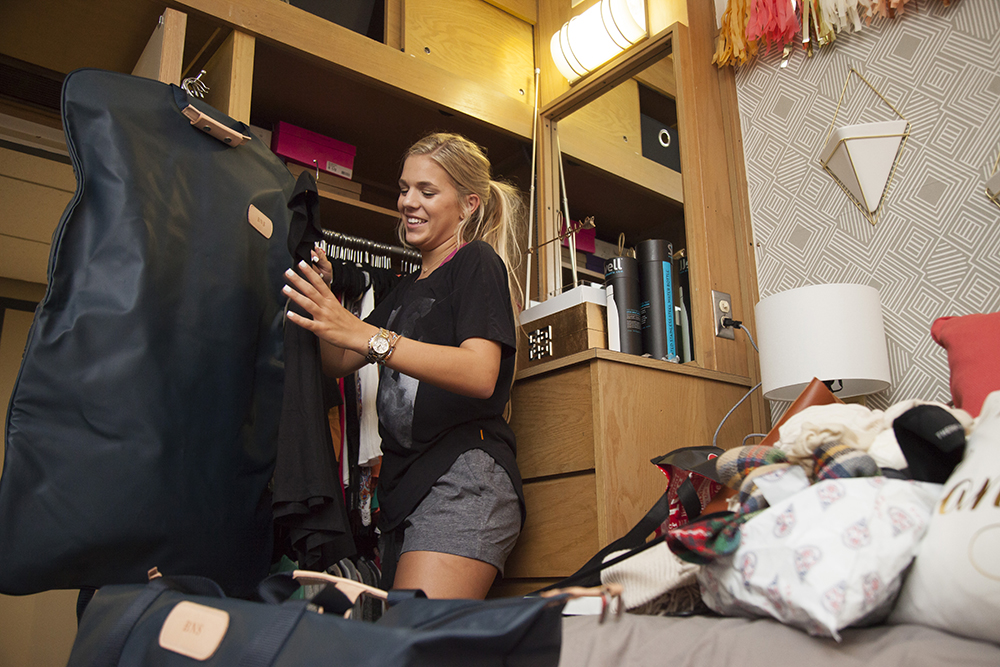 Student moving into residence hall 2016